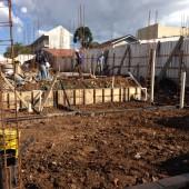 Execução da fundação (com estacas, blocos e vigas baldrames), e encanamentos de esgoto e pluvial.